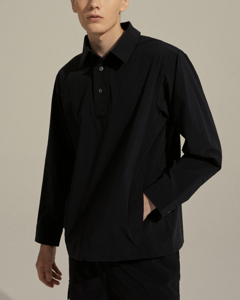Pullover Shirt in Black - Front Pockets Detail