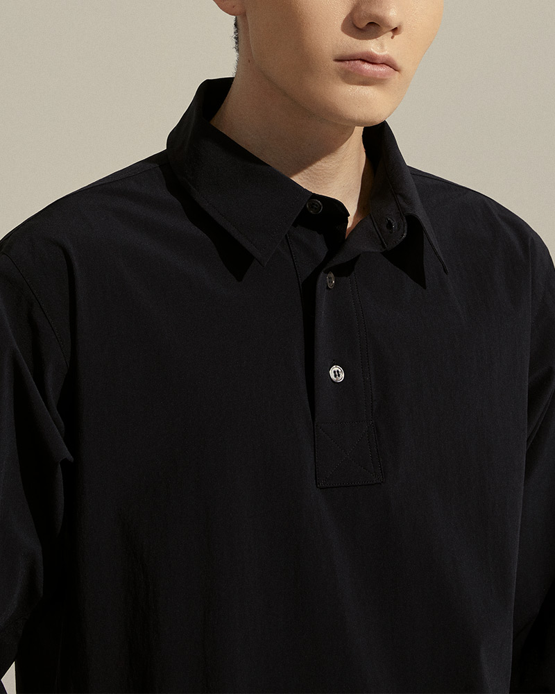 Pullover Shirt in Black - Collar Detail
